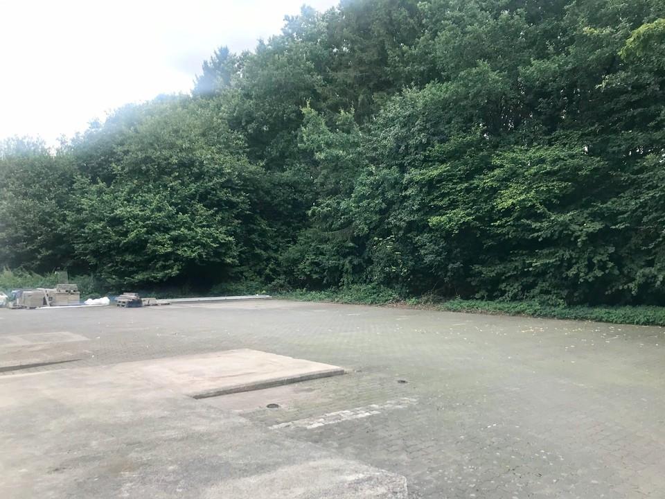 Hoffläche mit Parkplätzen